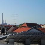 unsere klimaanlage für das Rechenzentrum wurde mit einem kran auf das Dach gehoben